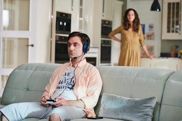 Bild 1 von 4: Zara (Noush Skaugen) bekommt bald ein Kind. Usman (Sargon Yelda) ist mit seinen Gedanken allerdings woanders.
