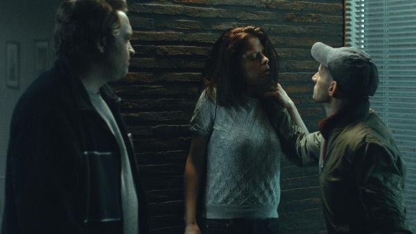 Bild 1 von 4: Tommy (Bert Haelvoet, l.) und Elias (Titus De Voogdt, r.) finden Freya (Maaike Neuville, M.) in dem Haus ihrer Eltern und bedrohen sie.