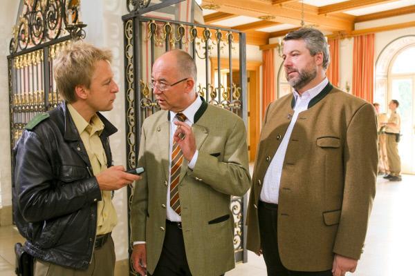 Bild 1 von 3: Polizist Mohr (Max Müller, l.), Polizeidirektor Achtziger (Alexander Duda, M.) und Kommissar Stadler (Dieter Fischer, r.) ermitteln in der Rosenheimer Musikakademie.