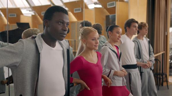 Bild 1 von 3: Die Ballettschüler Isaac (Terique Jarrett), Lena (Jessica Lord), Ines (Eubha Akilade), Max (Rory J. Saper) und Jeff (Castle Rock Peters) beobachten die erste Klasse beim Training.