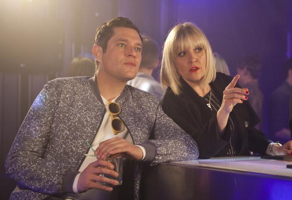 Bild 1 von 1: Agatha Raisin (Ashley Jensen) und Roy (Mathew Horne) wollen in einem Club ermitteln, indem sie sich als Fernsehproduzenten ausgeben.