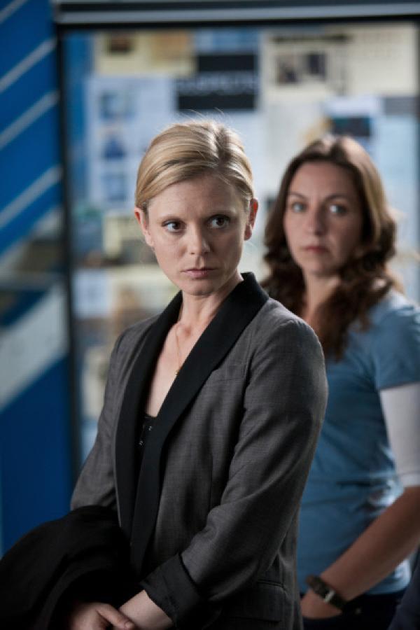 Bild 1 von 4: Nikki Alexander (Emilia Fox l.) und DI Ginny Gray (Kirsty Bushell r.) versuchen einen scheinbaren Raubmord aufzuklären.