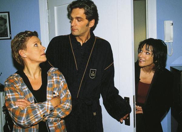 Bild 1 von 7: Monika (Eva Kryll, r.) glaubt, dass Schmidt (Walter Sittler) und Nikola (Mariele Millowitsch) doch zusammen passen.