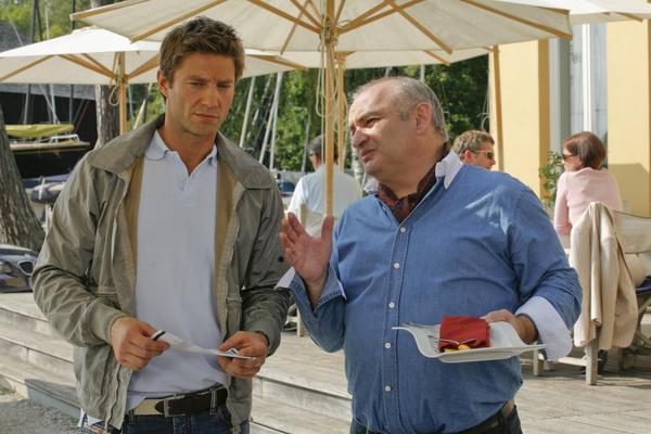 Bild 1 von 1: Sven Hansen (Igor Jeftic, l.) ist überrascht von den Beobachtungen, die ihm Maximilian Volkert (Sigi Zimmerschied, r.) mitteilt.