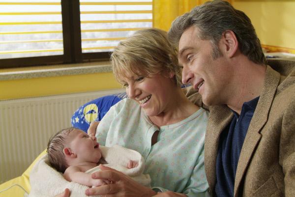 Bild 1 von 5: Erschöpft von der Geburt liegt Nikola (Mariele Millowitsch) in Schmidts (Walter Sittler) Armen, der sich liebevoll um sie kümmert.