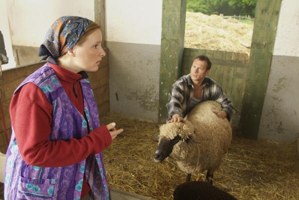 Bild 1 von 15: Ein Bauer und sein Lieblings-Schaf - ein wirklich schönes Paar, aber wehe sie werden erwischt! (Hanno Friedrich, l., Nina Vorbrodt, r.)