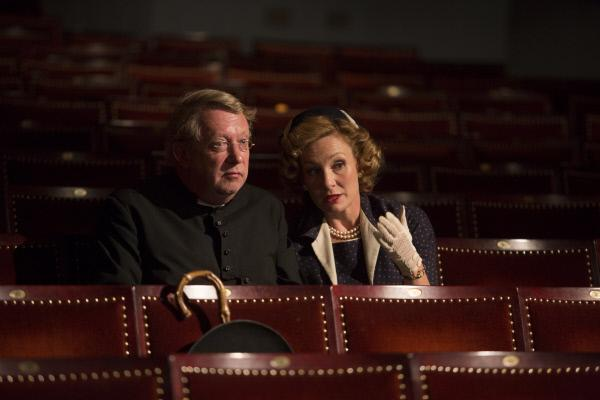 Bild 1 von 6: Lady Felicia (Nancy Carroll, r.) erkl�rt Father Brown (Mark Williams, l.) die Handlung des Theaterst�cks.