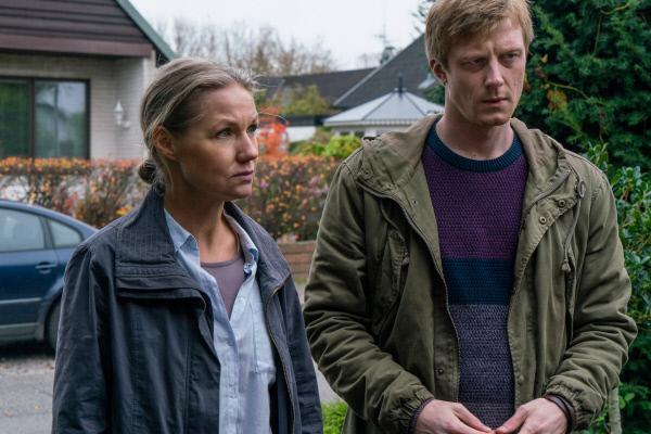 Bild 1 von 5: Jesper (Joachim Fjelstrup) geht mit seiner Kollegin Eva (Tova Magnusson) einem neuen Hinweis nach, der die beiden Ermittler zu den Schwiegereltern von Iyad führt.