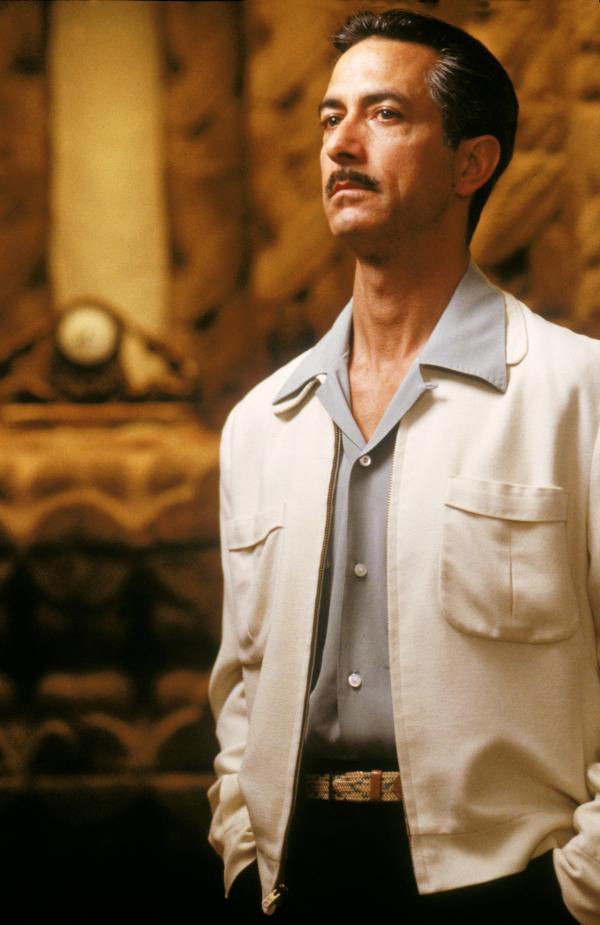 Bild 1 von 1: Pierce Patchett (David Straithairn) führt einen exklusiven Callgirl-Ring, der sich auf Doppelgängerinnen von bekannten Schauspielerinnen spezialisiert hat.