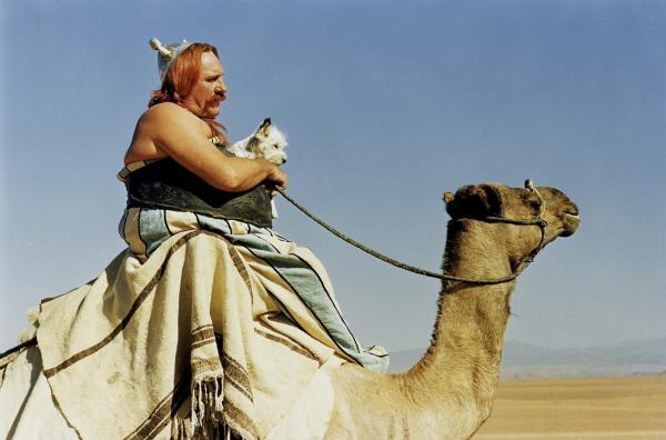 Bild 1 von 6: Asterix, Obelix (Gérard Depardieu) und Miraculix machen sich mit dem Zaubertrank auf den Weg nach Ägypten, um beim Bau des Palastes zu helfen.