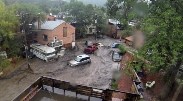 Bild 1 von 1: Die Straßen der US-Kleinstadt Manitou Springs, Colorado, werden nach einem Starkregen von einer riesigen Lawine überschwemmt, die zahlreiche Autos mit sich reißt. Das richtige Verhalten in solch einer brenzligen Situation kann Leben retten.