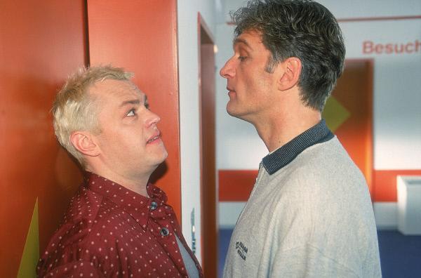 Bild 1 von 9: Tim (Oliver Reinhard, li.) überbringt Dr. Schmidt (Walter Sittler) die Nachricht, dass die Überwachungskamera im Aufzug ausgefallen ist. Gut für Dr. Schmidt, der im Aufzug seine Lockerungsübungen gemacht hat...