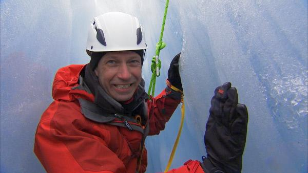 Bild 1 von 1: Thomas Reiter seilt sich in eine Gletscherspalte ab, um die Eigenschaften von Eis zu untersuchen.