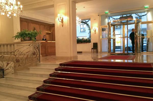 Bild 1 von 3: Der Eingang und die Rezeption des Pariser Hotel Le Bristol.
