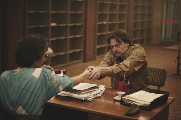 Bild 1 von 5: Ein Reisewilliger (Max Giermann) hatte es im DDR-Reisebüro nicht leicht.
