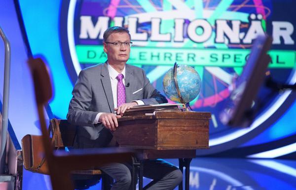 Bild 1 von 2: In 'Wer wird Millionär? - Das Lehrer-Special' fühlt Moderator Günther Jauch den Lehrern mal so richtig auf den Zahn. Acht Pädagogen treten an. Wer blamiert sich, wer räumt ab, wer holt die Million?