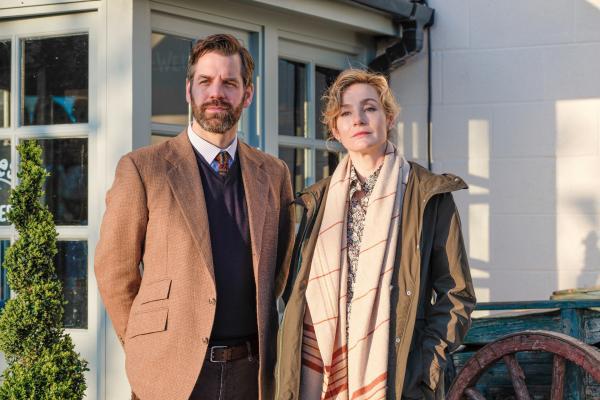 Bild 1 von 3: Tom Richard (John Hopkins) und Fiona Richard (Nancy Caroll) stehen unter Mordverdacht.