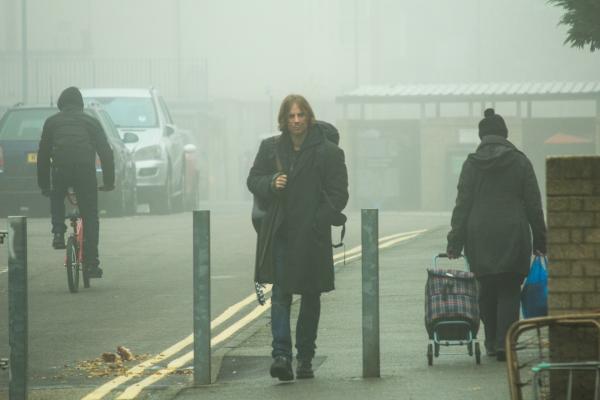 Bild 1 von 5: Der drogenabhängige Straßenmusiker James (Luke Treadaway) lebt auf der Straße. Er vertreibt sich die Zeit, indem er durch die nebeligen Straßen Londons wandert.