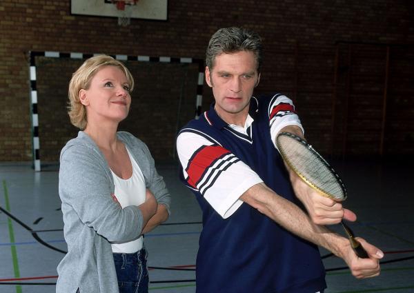 Bild 1 von 9: Dr. Schmidt (Walter Sittler) zeigt Nikola (Mariele Millowitsch), wie man einen Badminton-Schläger hält.