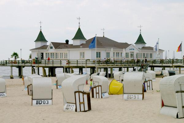 Bild 1 von 5: Die Strandkörbe vor der Seebrücke dienen den Sonnenanbetern am Strand von Ahlbeck als Zuhause für einen Tag oder einen Nachmittag.