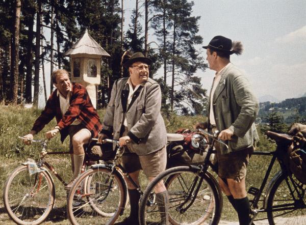 Bild 1 von 2: Kräftig in die Pedale treten: Die drei ehemaligen Schulkameraden Fritz Eilers (Heinz Erhardt, Mitte), Ulrich Salandt (Hans-Joachim Kulemkampff, l.) und Johannes Büttner (Wolf Albach-Retty).