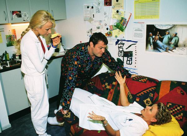 Bild 1 von 11: Nikola (Mariele Millowitsch, r.) ist fix und fertig von dem Telefonterror der letzten Nacht. Elke (Jenny Elvers, l.) und Tim (Oliver Reinhard) kümmern sich um die Arme.