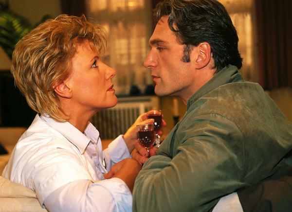Bild 1 von 7: Während sie auf ihre Schützlinge warten, kommen sich Nikola (Mariele Millowitsch) und Dr. Schmidt (Walter Sittler) näher.