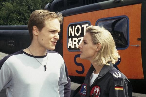 Bild 1 von 2: Sabine (Marlene Marlow) kann nicht verstehen, warum ihr Bruder Charlie (Adrian Zwicker) verheimlichen möchte, dass er einem Kind das Leben gerettet hat.