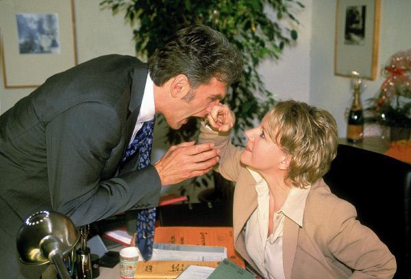 Bild 1 von 9: Nikola (Mariele Millowitsch) greift Dr. Schmidt (Walter Sittler) an, um zu beweisen, dass sie sehr wohl Durchsetzungsvermögen hat...