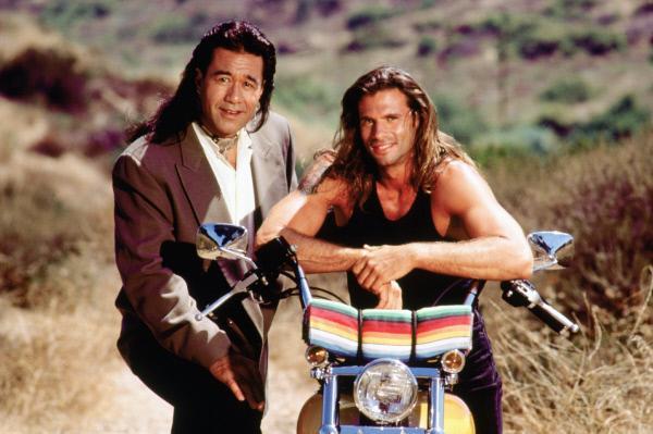 Bild 1 von 4: 3. Staffel: Bobby Sixkiller (Branscombe Richmond, l.) und Reno Raines (Lorenzo Lamas)