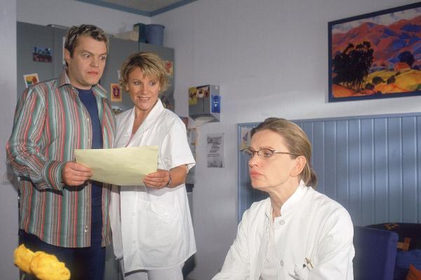 Bild 1 von 5: Tim (Oliver Reinhard) bringt den neuen OP-Plan und Borstel (Kerstin Thielemann, re.) soll nun doch operieren. Aber für Nikola (Mariele Millowitsch) sieht es nicht so aus, als würde Borstel sich wahnsinnig freuen.
