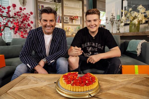 Bild 1 von 9: Sänger Thomas Anders (l.) freut sich mit Sohn Alexander über Omas Tortenplatte und den eigenen Lieblingskuchen.