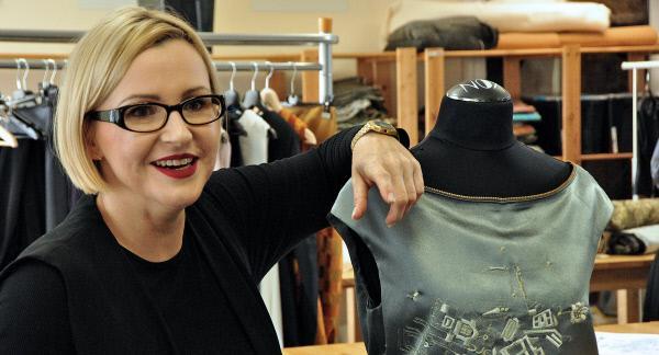 Bild 1 von 5: Gestickte Stadtpläne auf edlen Abendkleidern. Designerin Anett Krause aus Dresden lässt ihre zarten Stoffe in Plauen besticken.