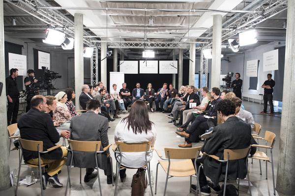 Bild 1 von 3: Die Experten zeigen den Teilnehmern am Ende des Workshops Möglichkeiten auf, wie sie im Alltag gegen Diskriminierung vorgehen können.