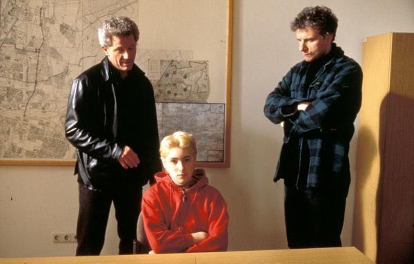 Bild 1 von 12: Die beiden Kriminalhauptkommissare Franz Leitmayr (Udo Wachtveitl, Mitte) und Ivo Batic (Miroslav Nemec, rechts) befragen Mitru (Pablo Ben-Yakov) nach dem ermordeten Buben.