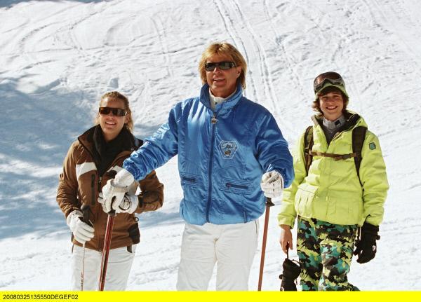Bild 1 von 12: Trio im Schnee: Hansi (Hansi Hinterseer, Mitte), Benni (Rafael Haider, rechts) und Sonja (Laura Ferrari).