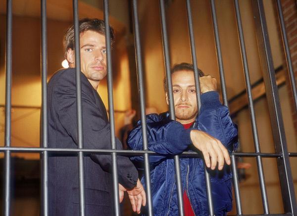 Bild 1 von 13: Tom (Rene Steinke, li.) und Semir (Erdogan Atalay) finden sich plötzlich im Gefängnis wieder, weil sie angeblich einen Informanten getötet haben. Die Lage der beiden Polizisten scheint aussichtslos...