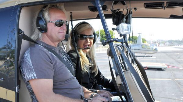 Bild 1 von 2: Das Jet-Set-Ehepaar Carmen und Robert erkundet Los Angeles auf eigene Faust. Natürlich stilecht mit dem Helikopter.