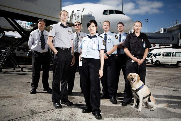 Bild 1 von 3: Allein im Jahr 2009 kamen rund vier Millionen Urlauber per Flugzeug oder Schiff nach Neuseeland. Grenzbeamte sollen verhindern, dass Drogen, Pornografie, unerlaubte Tierarten und Waffen sowie Terroristen ins Land gelangen, was oft gar nicht so einfach ist ...