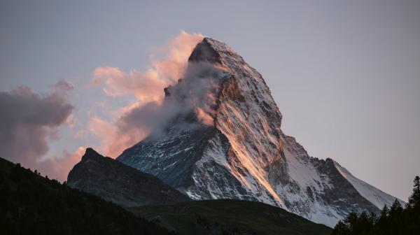 Bild 1 von 12: Das Matterhorn ist wegen seiner markanten Form und seiner Besteigungstragödien einer der bekanntesten Berge der Welt.