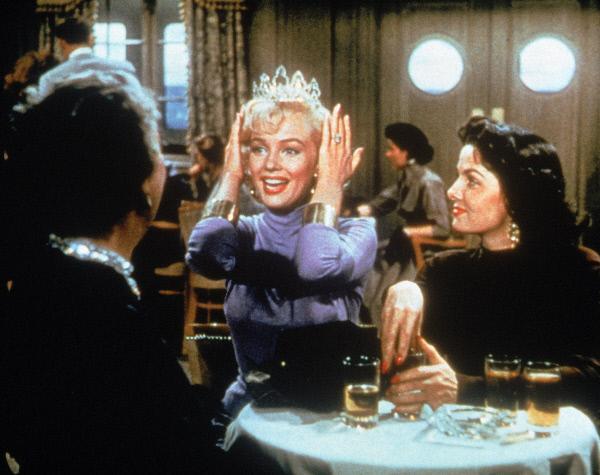 Bild 1 von 7: Die materiell ausgerichtete Lorelei Lee (Marilyn Monroe, Mitte) arbeitet zusammen mit ihrer Freundin Dorothy Shaw (Jane Russell, rechts) als Showgirl auf einem Luxusdampfer und reist nach Paris, um den reichen Gus Esmond heiraten zu können.