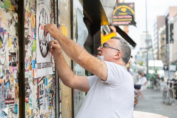 Bild 1 von 10: Fast sein ganzes Leben wohnt und arbeitet Nasim Alemar im Bahnhofsviertel, das er gerne als sein Wohnzimmer bezeichnet. Vor 15 Jahren eröffnete er hier den Kiosk Yok Yok, der mittlerweile zu dem Szenetreff geworden ist.