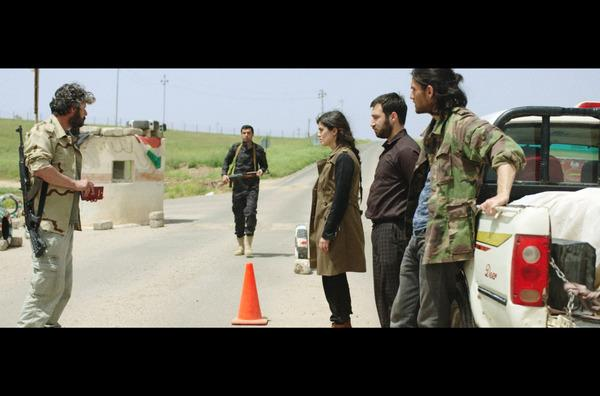 Bild 1 von 7: Der Peschmerga Omeed (Hussein Hassan, li.) hält die Geschwister Liya (Mina Özlem Sagdic, Mi.), Jan (Sasun Sayan, 2.v.r.) und Alan (Murat Seven, re.) fest. Sie haben für die Überführung der Leiche keine Papiere vorzuweisen.