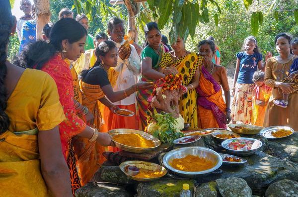 Bild 1 von 5: Veni Macs und die Dorfbewohner von Pujarikapau während des Kurkuma-Fests