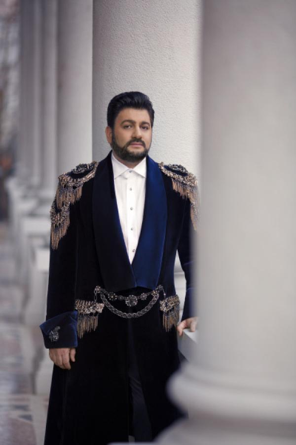 Bild 1 von 2: Anna Netrebkos Ehemann Yusif Eyvazov verkörpert den Poeten Andrea Chénier.