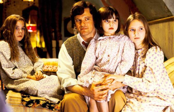Bild 1 von 9: Kann das neue Kindermädchen dem Witwer Cedric Brown (Colin Firth) bei der Erziehung seiner Kinder Lily (Jennifer Rae Daykin, l.), Tora Brown (Eliza Bennett, r.) und Christinna (Holly Gibbs) und helfen?