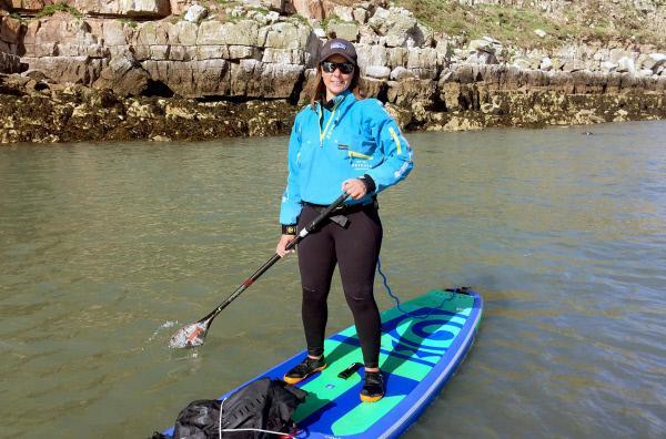 Bild 1 von 5: Sian Sykes ist tagtäglich mit ihrem Board auf dem Wasser. Als erste Frau paddelte sie in zwei Monaten die walisische Küstenlinie entlang -- eine Strecke von über 1.000 Kilometern.
