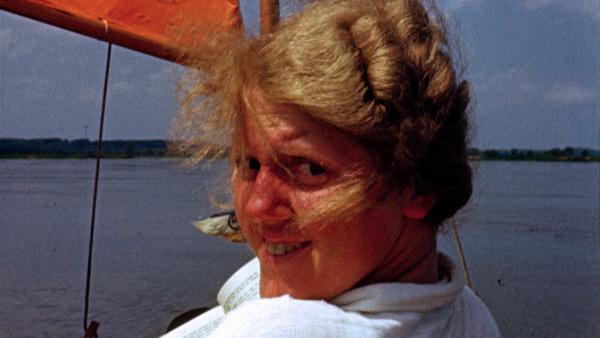Bild 1 von 9: Grete Höse aus Leipzig im Faltboot im Sommer 1939. Das junge Ehepaar Höse filmt im August 1939 seine Hochzeitsreise entlang der Oder. Es sind die letzten friedlichen Tage vor Kriegsausbruch am 1. September 1939.