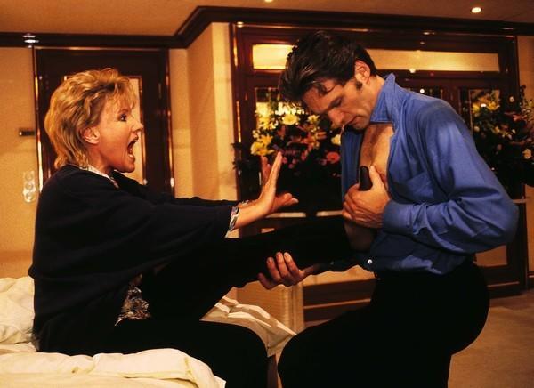Bild 1 von 9: Genervt lässt Nikola (Mariele Millowitsch) von Dr. Schmidt (Walter Sittler) ihren verletzten Fuß untersuchen.