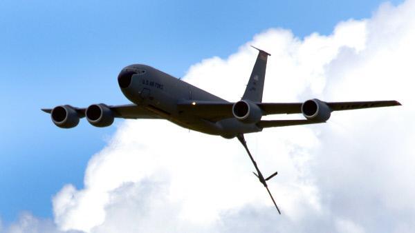 Bild 1 von 2: An Bord der KC-135 befinden sich zehn Tanks, in denen insgesamt bis zu 90 Tonnen Kerosin transportiert werden k�nnen. Verschiedene Flugzeugtypen nutzen den Service des Stratotankers: Aufkl�rer, Bomber, Kampf- und auch L�schflugzeuge.
